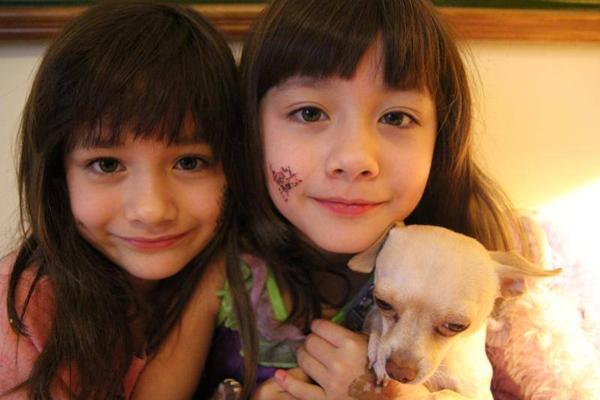 Naomi (trái) và Lisa hồi lên 9.