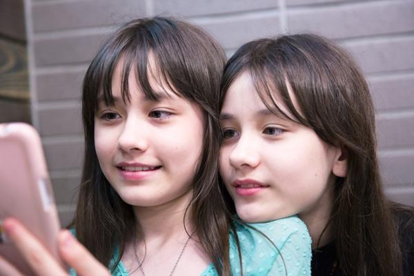 Hiện tại, cặp song sinh đã bước sang tuổi 11 với chiều cao khoảng 1m45. So với vẻ ngây thơ đáng yêu hồi bé, Naomi (trái) và Lisa đã có nét trưởng thành hơn hẳn.