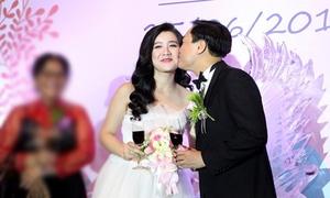 Xuân Mai được chồng thơm má ngọt ngào trong ngày cưới