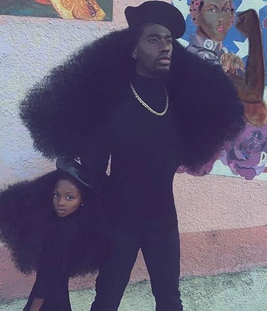 Con gái anh, bé Jaxyn thừa hưởng bộ tóc bông xù tự nhiên từ bố. Khi 2 cha con   chụp hình chung, mọi người đều thấy vô cùng ấn tượng. Benny cho biết sở dĩ   anh có được bộ tóc như thế này là nhờ vào chế độ ăn uống và lối sống lành   mạnh.
