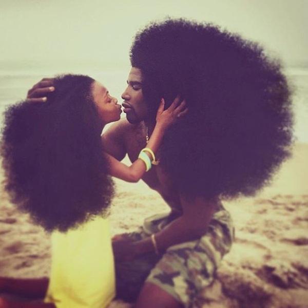 Sau khi đăng tải một số bức ảnh ghi lại những khoảnh khắc thường ngày của 2   cha con trên Instagram, Benny Harlem và con gái 6 tuổi Jaxyn đã nhận được sự   quan tâm của rất nhiều người, không chỉ bởi mái tóc bông xù tự nhiên mà còn   bởi tình cảm cha con đẹp đẽ.