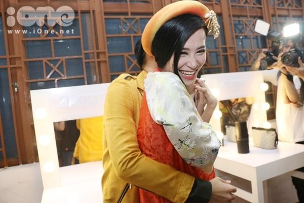 """Giọng ca Đổi thay ôm và siết chặt nữ ca sĩ khiến cô nàng í ới """"cầu cứu"""" bạn trai Ông Cao Thắng."""