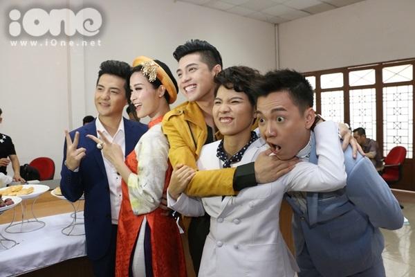 Bộ tứ HLV cùng MC Ngô Kiến Huy nhắng nhít pose hình.