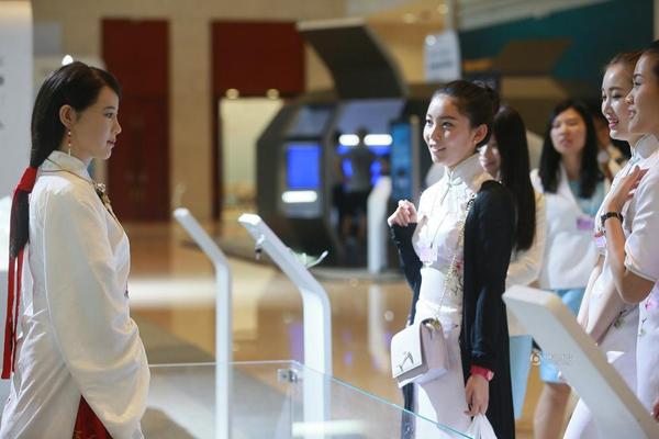 Ngày 27/6, đông đảo khách tham dự sự kiện 2016 Summer Davos Forum tại   thành phố Thiên Tân (Trung Quốc) bị thu hút bởi cô gái robot mặc đồ cổ trang   xinh đẹp giống như người thật.