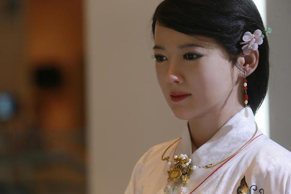 Giai Giai có kích thước bằng người thật, đặc điểm khuôn mặt và chi tiết đường   nét tinh tế, phức tạp. Theo Sina, diện mạo xinh đẹp của Giai Giai đã chinh phục   nhiều người và được gọi là nữ thần robot.