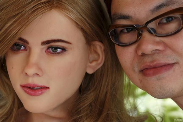 Trước Giai Giai, cô gái robot có ngoại hình giống Scarlett Johansson do một   người đàn ông Hong Kong chế tạo cũng gây chú ý vì diện mạo xinh đẹp.