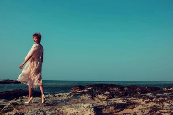 Giữa không gian tràn ngập sóng nước, Lê Thanh Thảo như hóa thân thành mây trời mùa  hạ ngọt ngào, nhẹ tênh khi diện bộ váy xuyên thấu mỏng tang với điểm nhấn ở họa tiết  hoa lá.