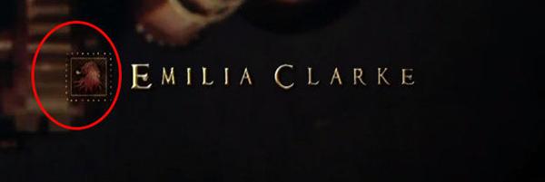 Mùa 1, tập 1-2: Tên của Emilia Clarke, người đóng vai Mẹ rồng Daenerys Targaryen, được đính kèm gia huy của nhà Lannister thay vì nhà Targaryen