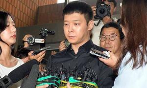 Park Yoo Chun phờ phạc khi tới đồn cảnh sát trong vụ bị 4 cô gái kiện