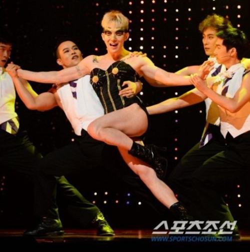 Jo Kwon từng bị bắt gặp xuất hiện trong một bar đồng tính ở Thái Lan năm 2013. Trưởng nhóm 2AM cũng thường giả gái, biểu diễn vũ đạo của các nhóm nữ và từng thể hiện rất thành công vai đồng tính trong vở nhạc kịch Priscilla. Cách nói chuyện cùng cử chỉ của nam ca sĩ cũng bị nhận xét là khá nữ tính.