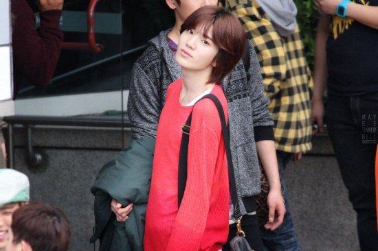 Sung Jong sở hữu vóc dáng mảnh mai, gương mặt hao hao giống Song Hye Kyo nên được xem là phiên bản nam của đàn chị nổi tiếng. Từ khi ra mắt, nam ca sĩ luôn vướng phải các tin đồn về giới tính của mình do ngoại hình, giọng nói, cử chỉ nhẹ nhàng, nữ tính. Sung Jong từng cắt tóc ngắn và bật khóc giữa concert sau loạt công kích của netizen.