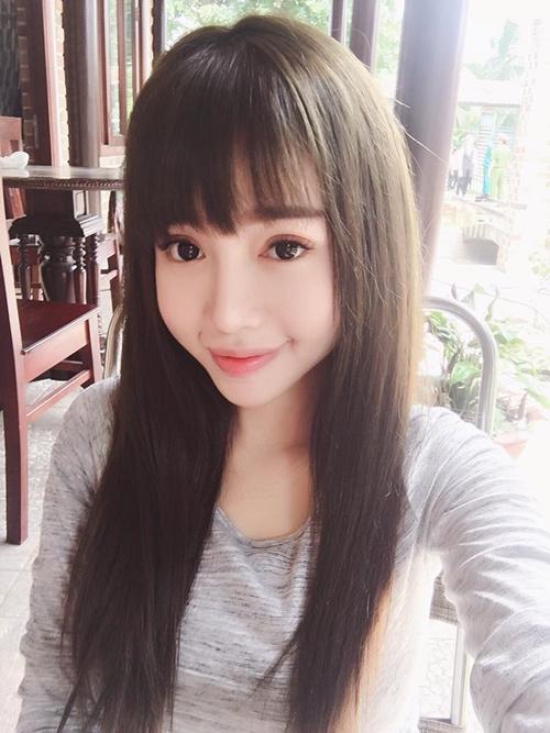 Elly Trần để mái ngố, mắt tròn xoe pose hình selfie được fan nhận xét nhìn như gái 18 chứ không phải là bà mẹ hai con.