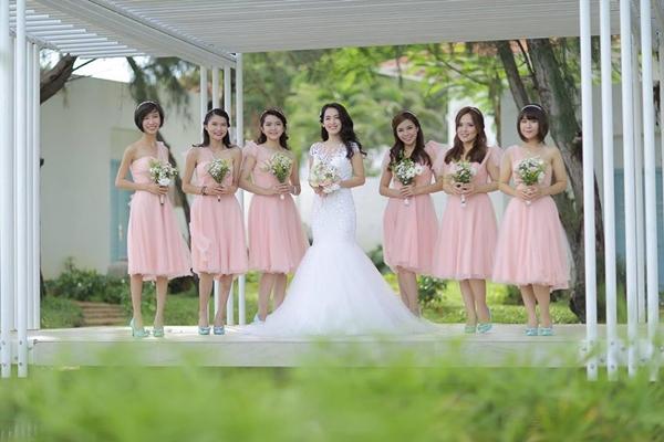 Tú Vi đăng ảnh nhớ về khoảnh khắc được làm cô dâu trong bộ váy cưới.