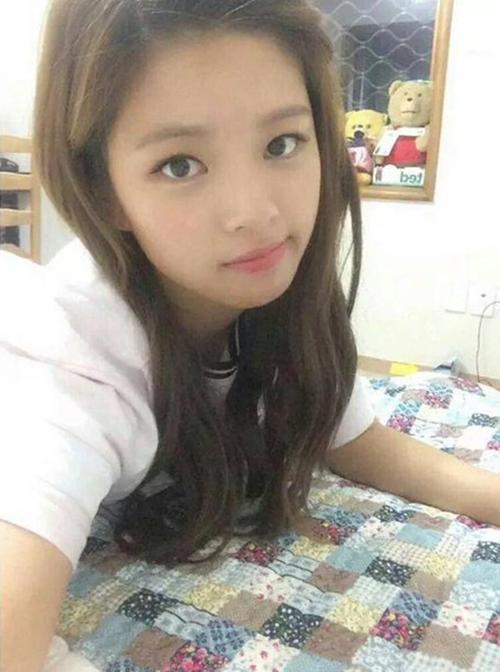 Sở hữu khuôn mặt nhỏ, đôi mắt to, làn da mịn màng, Jung Yeon rất xinh đẹp ngay cả khi để mặt mộc. Mái tóc dài, uốn nhẹ để xõa tự nhiên giúp cô toát lên vẻ đẹp ngây thơ, trong sáng.