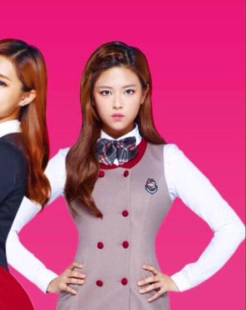 Jung Yeon để tóc dài quảng cáo cho thương hiệu Skoolooks. Mái tóc dài được nhuộm, uốn nhẹ, tết bím phần mái giúp cô nàng trông cá tính nhưng không kém phần ngọt ngào.