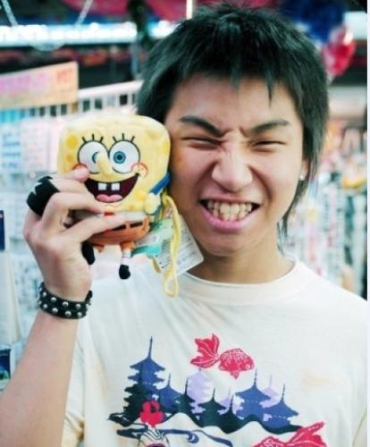 Khi mới ra mắt, Dae Sung (Big Bang) có hàm răng ố vàng, mọc mất trật tự.