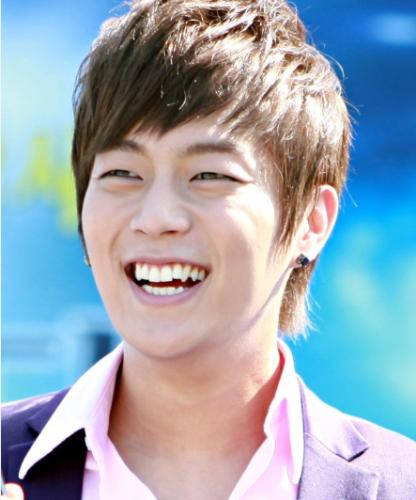 Doo Joon (Beast) hiến fan girl phát sốt vì gương mặt điển trai nam tính. Tuy nhiên, hàm răng mọc lộn xộn, không đều khiến nụ cười của bạn trai quốc dân kém đẹp.