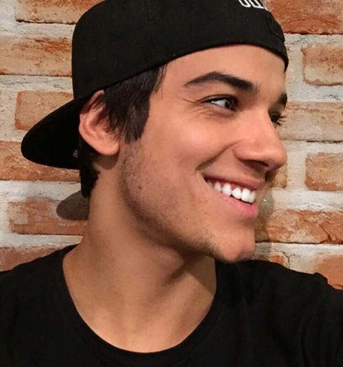 Trở thành bác sĩ ở tuổi đời 26 càng khiến cho Gabriel Prado được ngưỡng mộ. Anh chàng là một người hướng ngoại. Điều này thể hiện khá rõ qua những bức ảnh tích cực tham gia thể thao, các hoạt động ngoài trời chia sẻ trên Instagram.