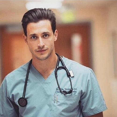 Mikhail Varshavski chẳng còn xa lạ với những tín đồ mê Instagram. Chàng bác sĩ có danh xưng Dr.Mike được nhận xét là quyến rũ nhất thế giới này khiến các cô gái ngắm mãi không thôi bởi độ điển trai.