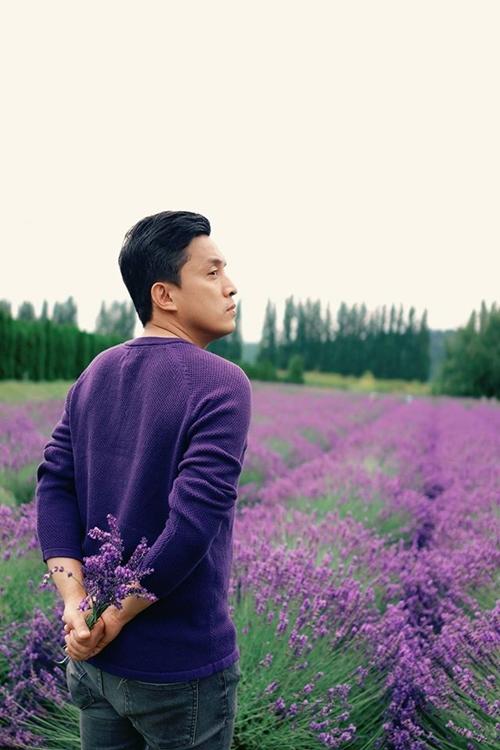 Anh Hai Lam Trường lãng đãng giữa vườn hoa oải hương tím biếc.