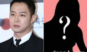 Park Yoo Chun cầm tiền đuổi theo vũ nữ khỏa thân vào nhà vệ sinh