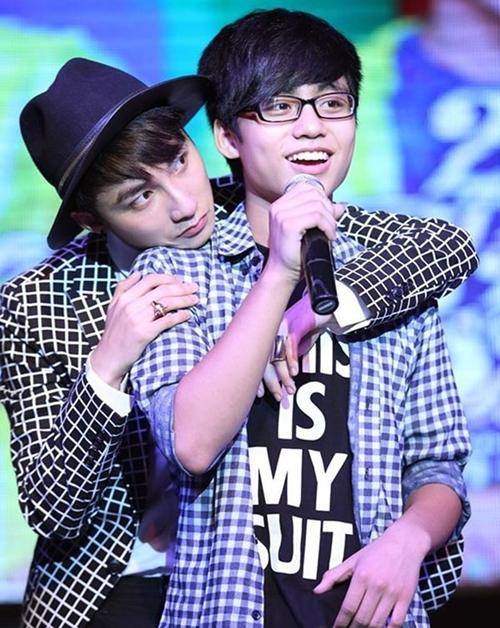 Cả hai anh em đều được khen ngợi về vẻ ngoài điển trai. Việt Hoàng còn được nhận xét có giọng hát khá. Anh chàng thường trổ tài đàn hát tại những sự kiện ở trường hay cover những ca khúc của anh trai thu hút sự chú ý của các bạn trẻ.