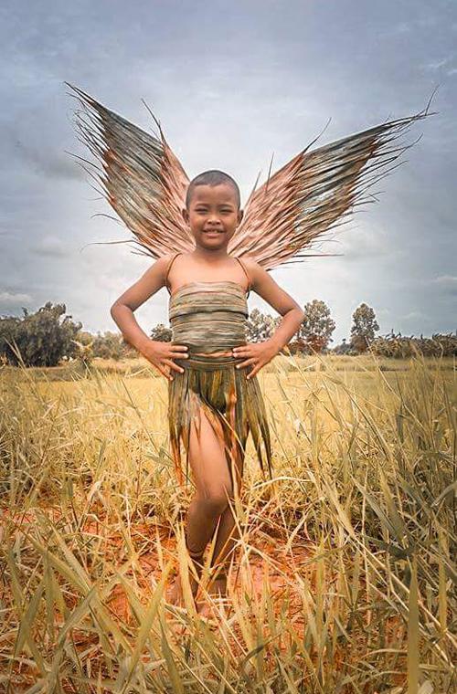 Cậu bé Suchanatda Kaewsa-nga, biệt danh trên Instagram là Gigi Joono, sống tại một ngôi làng ở thành phố Nakhon Ratchasima, phía đông bắc Thái Lan, trở thành ngôi sao trên mạng xã hội vì những bức ảnh thời trang không giống ai.