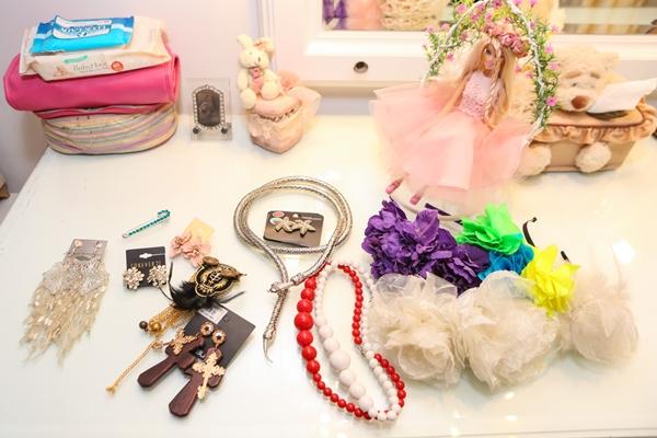 Những đồ được Hiền Thục đem bán làm từ thiện bao gồm trang phục đi chơi, đồ diễn, các loại trang sức, phụ kiện và những món đồ chơi độc đáo của cô. Đây đều là những món đồ còn rất mới, có những thứ tôi mua nhưng chưa dùng đến bao giờ, giọng ca Yêu dấu theo gió bay chia sẻ.