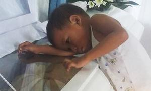Cậu bé 5 tuổi ôm quan tài mẹ, hỏi 'Sao mẹ không ngủ với con?'