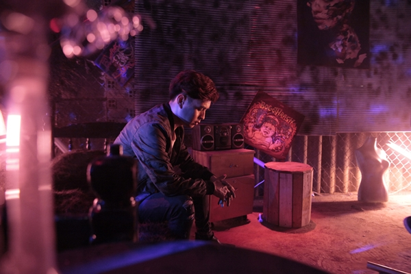 Trong MV Khói độc, Hồ Quang Hiếu vào vai nhân vật chính ngày đêm chìm trong khói thuốc mà không thể tỉnh ngộ. Theo tiết lộ của anh, quá trình thực hiện MV này cũng khá công phu vì toàn bộ bối cảnh đều phải thiết kế riêng biệt cho đúng đường dây kịch bản. Bối cảnh trong MV là một căn phòng trong nhà kho và một đường hầm nhà kho bỏ hoang. MV được quay trong 2 đêm liên tục và tất cả ekip đã phải thức trắng đêm để có được những cảnh quay ưng ý vì ban ngày, không thể quay được.