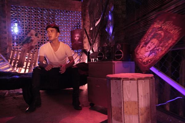 Trong MV có những cảnh Hồ Quang Hiếu phì phèo trong khói thuốc và đây được xem là bước thử nghiệm táo bạo của nam ca sĩ. Thừa nhận không e ngại chuyện nhạy cảm, Hồ Quang Hiếu cho biết đây là MV về vấn nạn xã hội nên cần phải có những cảnh như vậy nên anh rất quyết tâm để làm cho ra nội dung và thông điệp mình muốn truyền tải.