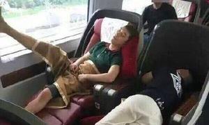 Seung Ri bị chỉ trích vì ngủ dạng chân nơi công cộng