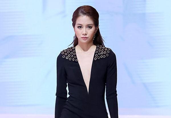 vao-showbiz-an-nguy-lot-xac-trang-diem-sexy-4