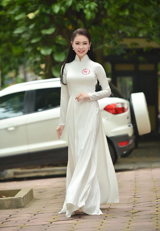 Phùng Bảo Ngọc Vân năm nay 19 tuổi, tạo dấu ấn với công chúng với trang phục áo dài duyên dáng tại vòng sơ khảo phía Bắc Hoa hậu Việt Nam 2016. Cô gái đến từ Hà Nội sở hữu chiều cao 1m72, cùng gương mặt thanh tú và nụ cười rạng rỡ.