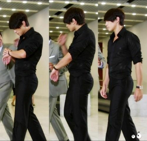 Ông hoàng Kpop Bi Rain không chỉ thu hút bởi gương mặt điển trai, body 6 múi săn chắc mà còn vì vòng 3 hoàn hảo. Ở góc chụp nghiêng, vòng 3 của nam ca sĩ trở nên nổi bật, khiến khán giả trầm trồ.