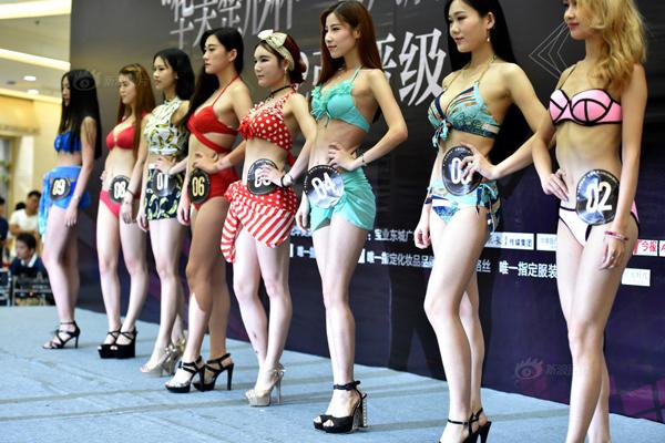 Tối 9/7, 36 cô gái trẻ mặc bikini gợi cảm tham dự cuộc thi Người mẫu ngực quốc   tế lần thứ 6 tại Hợp Phì, An Huy, Trung Quốc, thu hút hàng nghìn người dân vây   xem.