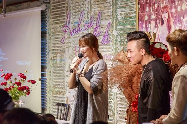 Trấn Thành xuất hiện bất ngờ tại buổi ra mắt MV của Hari Won với bó hồng lớn trên tay.