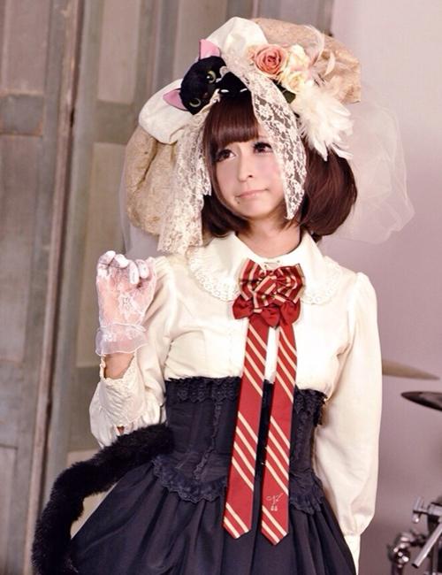 Bên cạnh đó, Tani Takuma luôn đầu tư kỹ lưỡng về trang phục và đầu tóc khi giả   gái, trang điểm tỉ mỉ, chú ý cách tạo dáng để che những đường nét góc cạnh.