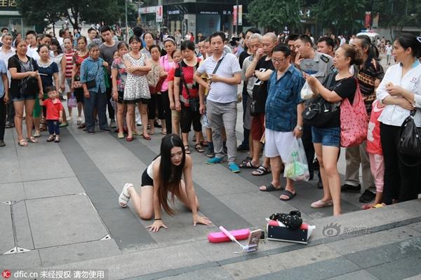Hình ảnh cô gái bị nhiều độc giả trên Sina chỉ trích là không biết xấu hổ, làm trò lố lăng.