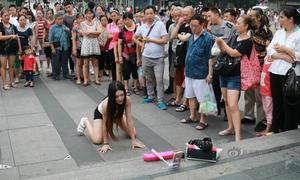 Nữ MC bò ra đường nhảy sexy để phát trực tuyến