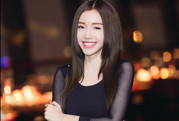 Sau khi khoe sắc tại thảm đỏ,  Elly Trần tham dự buổi tiệc dành cho các khách mới. Nữ diễn viên gây ấn tượng không chỉ với hình ảnh xinh đẹp mà còn cuốn hút với vẻ thân thiện và tươi vui cùng những các khách mời khác tại sự kiện.
