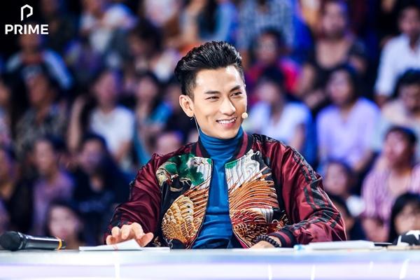 Giám khảo nam duy nhất cuộc thi kết hợp cùng áo cổ lọ xanh dương, dù ngồi giữa hai nữ giám khảo cực kỳ xinh đẹp nhưng Isaac không hề bị  chìm.