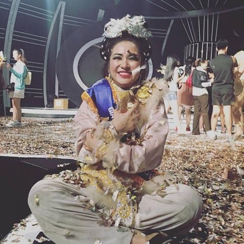 Dù không lọt vào top 4 chung kết Gương mặt thân quen nhưng Hòa Minzy có một tiết mục ấn tượng trong đêm 16/7 vừa qua. Cô nhận được giải Thí sinh được yêu thích nhất. Món quà được trao tặng vào đúng ngày sinh nhật nên Hòa Minzy cảm thấy rất hạnh phúc.