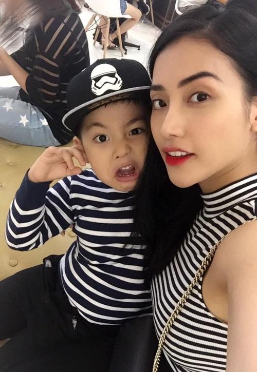 Mai Hồ chụp ảnh diện áo đôi với con trai.