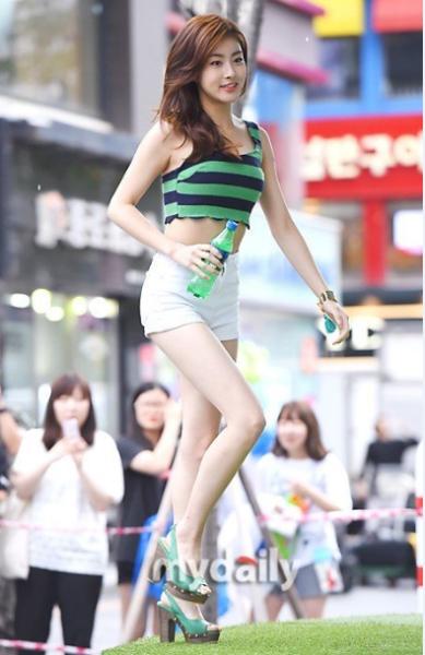 Sở hữu chiều cao khá lý tưởng 1m68 cộng với tỷ lệ cơ thể chuẩn giúp Kang So Ra ăn gian thêm không ít chiều cao. Vóc dáng thanh mảnh giúp nữ diễn viên 26 tuổi tự tin diện những set đồ khoe dáng. Cô nàng còn thành công khi mặc đẹp cả những item mà phái đẹp phải dè dặt.