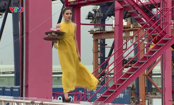 catwalk-do-nhu-khuc-go-hot-girl-1m54-van-vao-nha-chung-next-top-6
