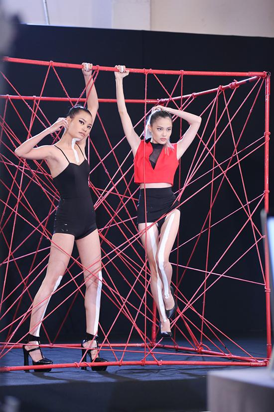 catwalk-do-nhu-khuc-go-hot-girl-1m54-van-vao-nha-chung-next-top-2