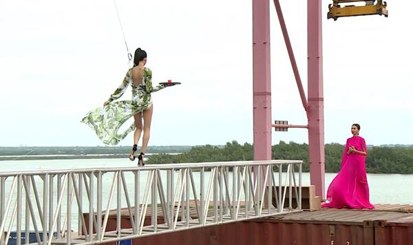catwalk-do-nhu-khuc-go-hot-girl-1m54-van-vao-nha-chung-next-top-8