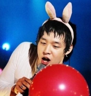 nhung-idol-nam-kpop-dang-yeu-den-la-khi-deo-bom-tho-11