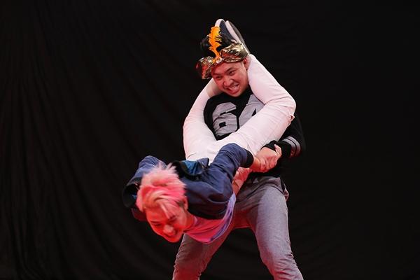 Trấn Thành nhấc bổng Thanh Duy lên trên không, trong tư thế đó ngã quỵ ập mặt vào cả chỗ ấy của nhau, Thanh Duy còn lấy tay vỗ vỗ vào mông Trấn Thành.
